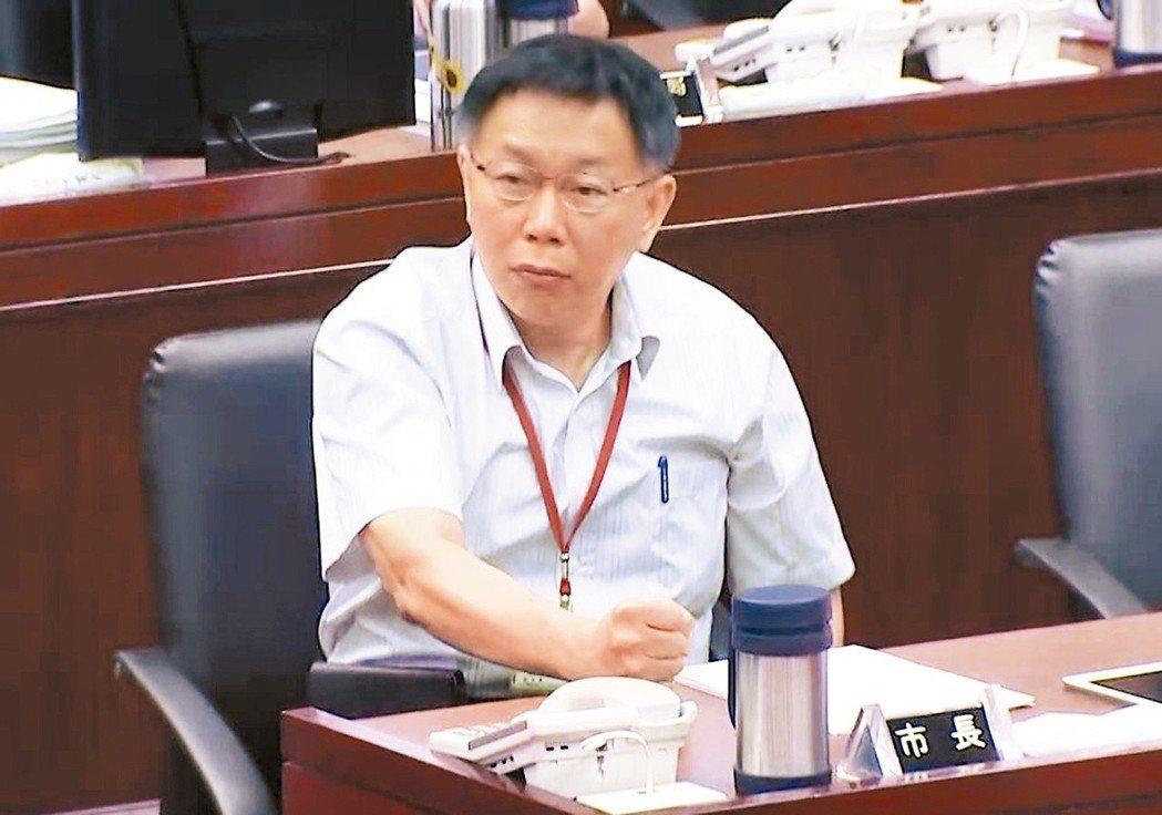 台北市長柯文哲剛上任時不習慣議會問政文化,有時面對議員質詢太過激動時,幕僚會用加...