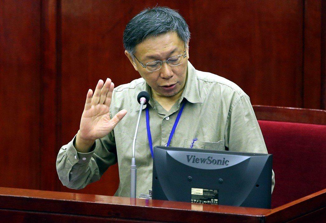 台北市議會從馬英九時代,答詢台就設有提示螢幕,由市長幕僚操作電腦提醒注意事項。圖...