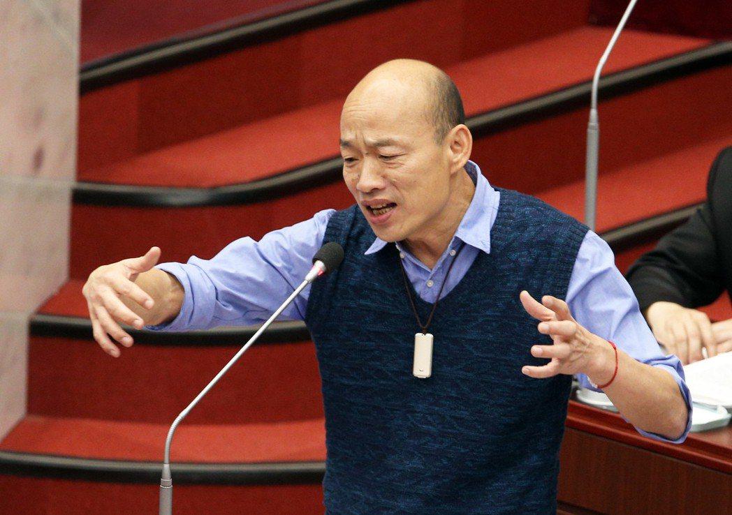 高雄市長韓國瑜近日因答詢方式屢上新聞版面,昨進議會帶上「新法寶」。圖/聯合報系資...