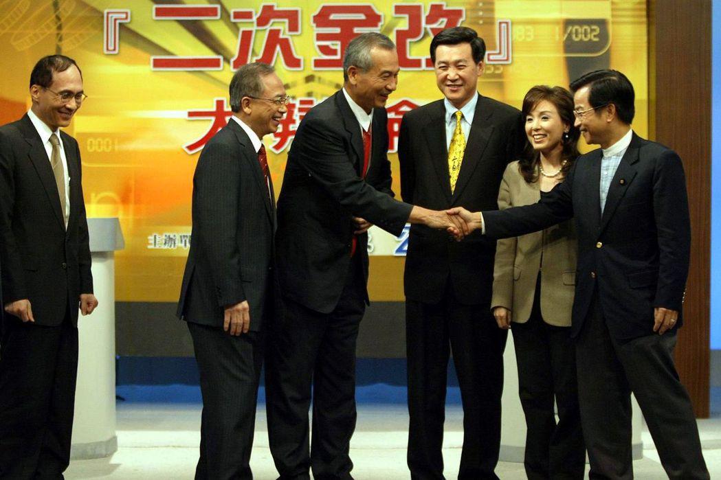 二次金改辯論會,由左至右分別是當時的財政部長林全、經建會主委胡勝正、行政院副院長...