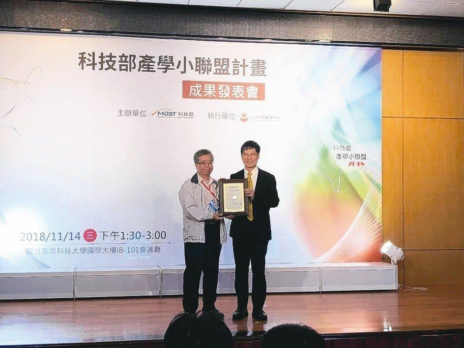 科技部部長陳良基(右)頒發「106年度科技部產學聯盟合作計畫績優團隊獎」給綠色建...
