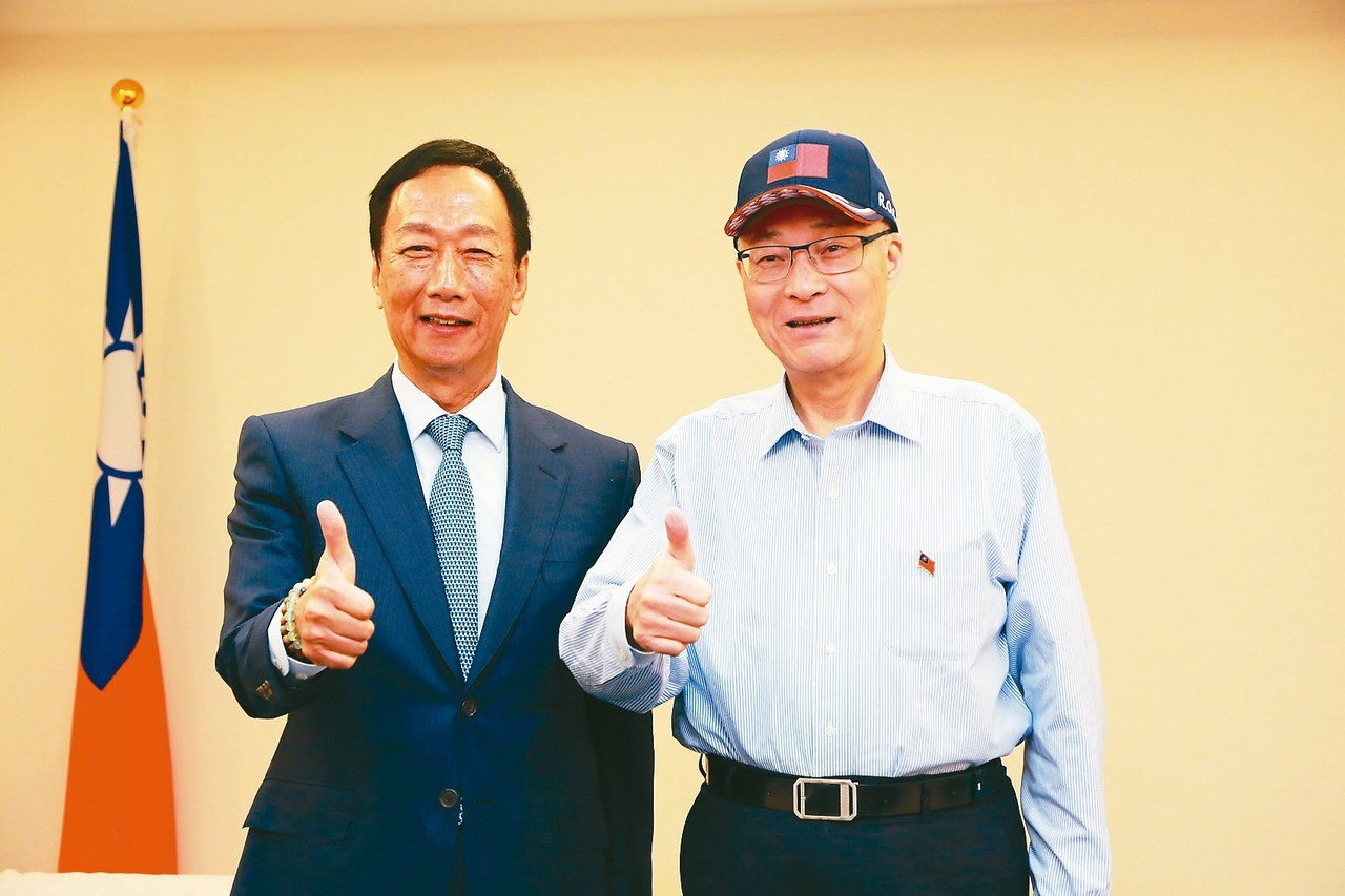 鴻海董事長郭台銘(左)今與國民黨主席吳敦義(右)會面。 圖/國民黨中央黨部提供