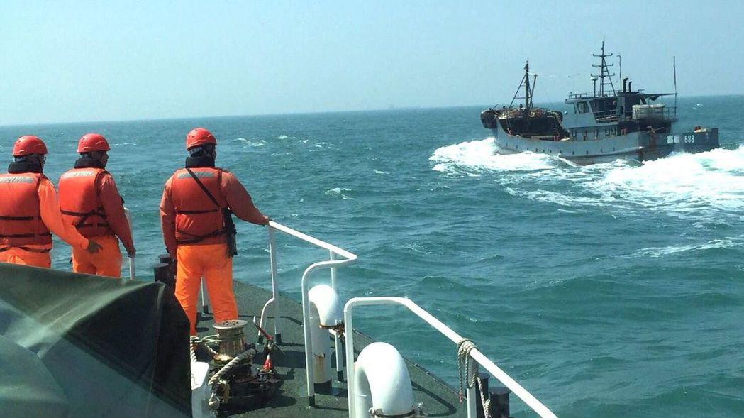 海巡隊驅離越界的大陸漁船。圖/台中海巡隊提供