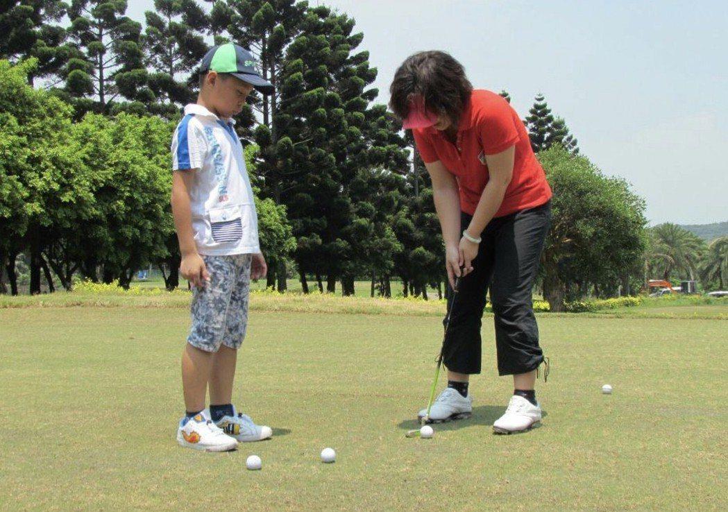 一三高爾夫教學中心致力推廣高爾夫運動,近期更開設價格親民的親子共學課程。 一三高...