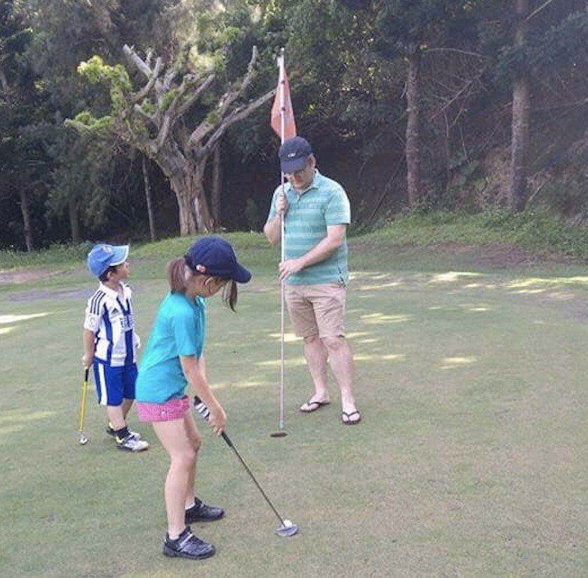 許多家長會在假日帶著小孩一起到球場練習推球,高爾夫運動不限年紀、身形。 一三高爾...