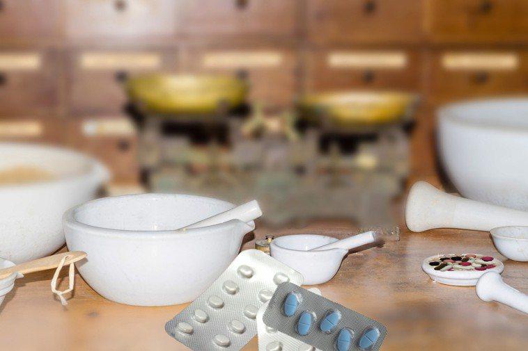 藥品、營養品應放在孩子拿不到的地方,來避免孩子誤食或過量攝取。圖/ingimag...