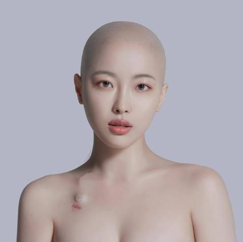 韓國有一位美妝Youtuber Sae Byeock,她在今年3月宣告自己罹患淋巴癌,也因為在進行化療,讓她一直掉頭髮,最後索性剃了光頭,也宣告抗癌的決心,男友對她不離不棄,最後她還秀出自己頂著光頭...