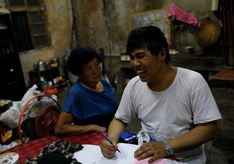 陳宏智開啟了用筆寫下人生的方式。圖擷自《reuters》