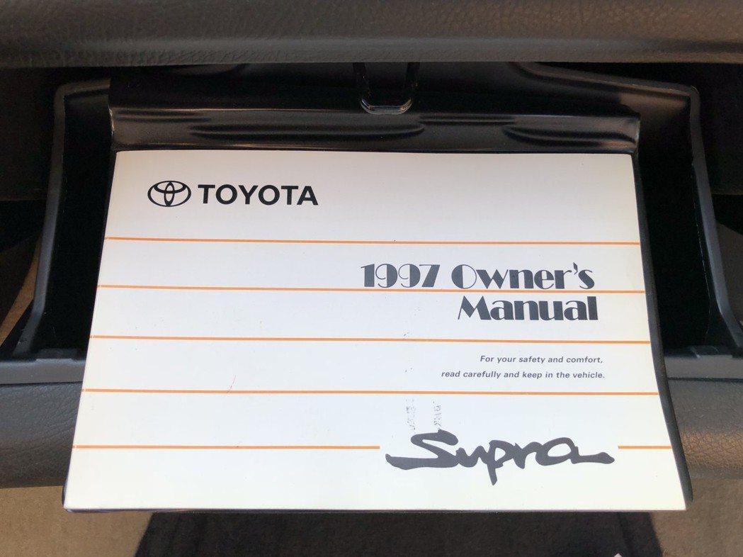 1997年購買時附贈的車主手冊。 摘自Bring A Trailer