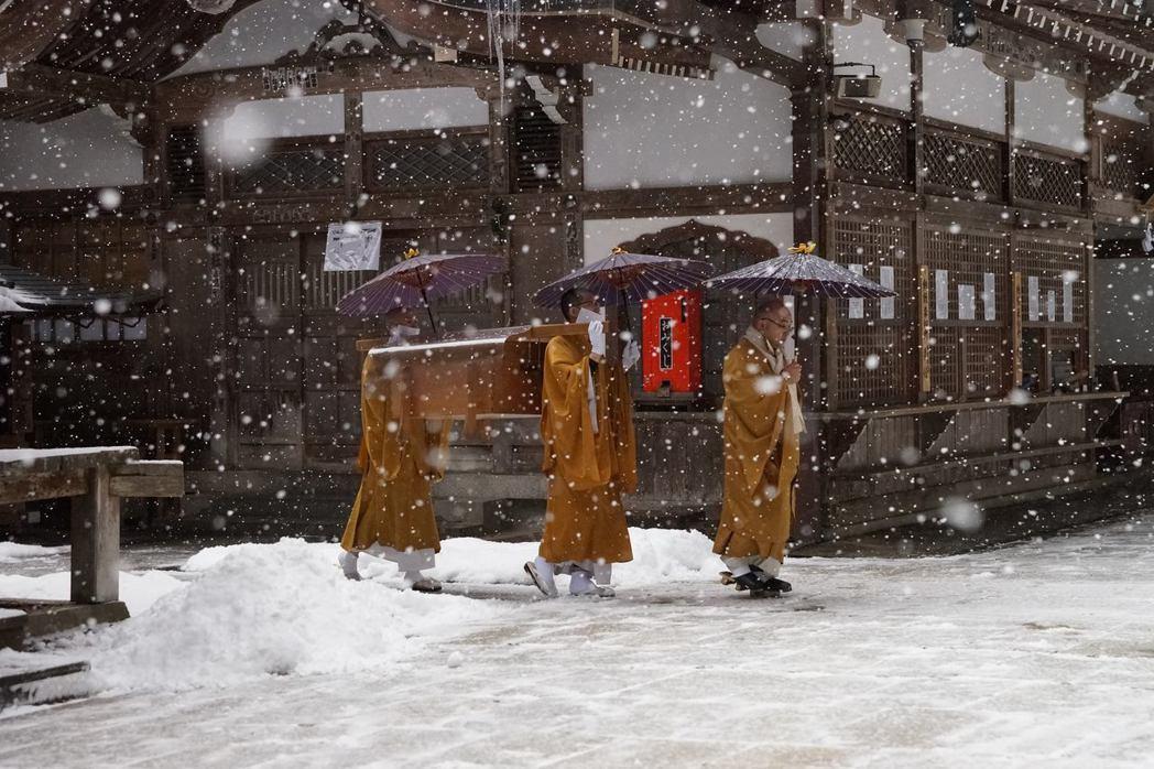 因為真言宗相信,西元774年出生的弘法大師空海「仍然活著」,所以每天早上還是要送...