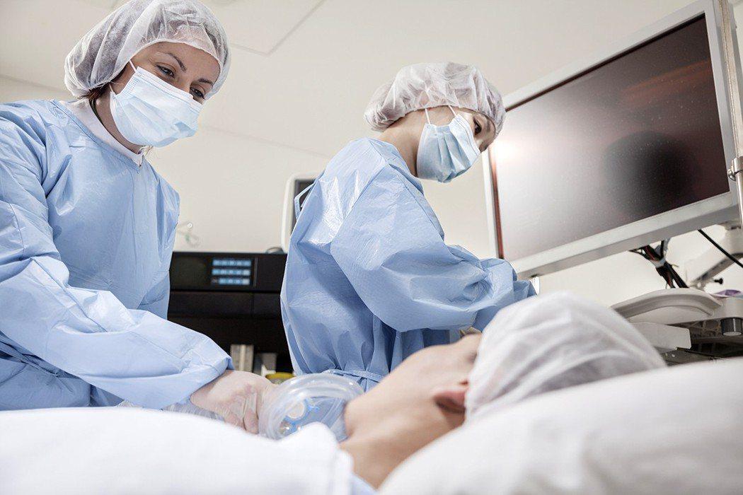 我體認到從站著給予到躺著接受的不同,白袍在醫院帶給我的熟悉,從褪去後轉換成病人服...