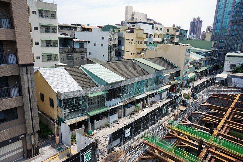 大量住房供給可壓低房價,但若不具保存價值的低矮樓房遲未都更,則房價將仍舊昂貴。 ...