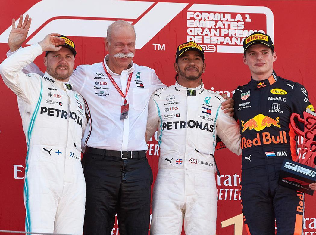將於5/22退休的Mercedes總裁Dieter Zetsche上台領取車隊獎...