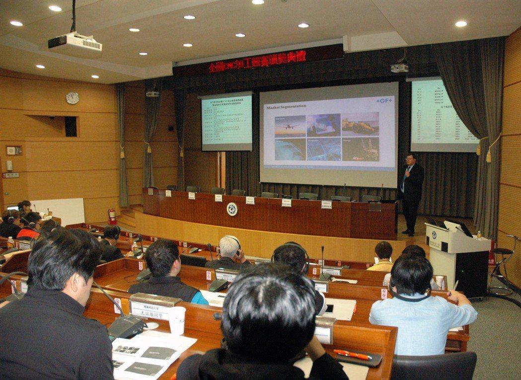 高端加工智慧化研討會,產官學界代表齊聚一堂,汲取業界最新研發與實務經驗。龍華科大...