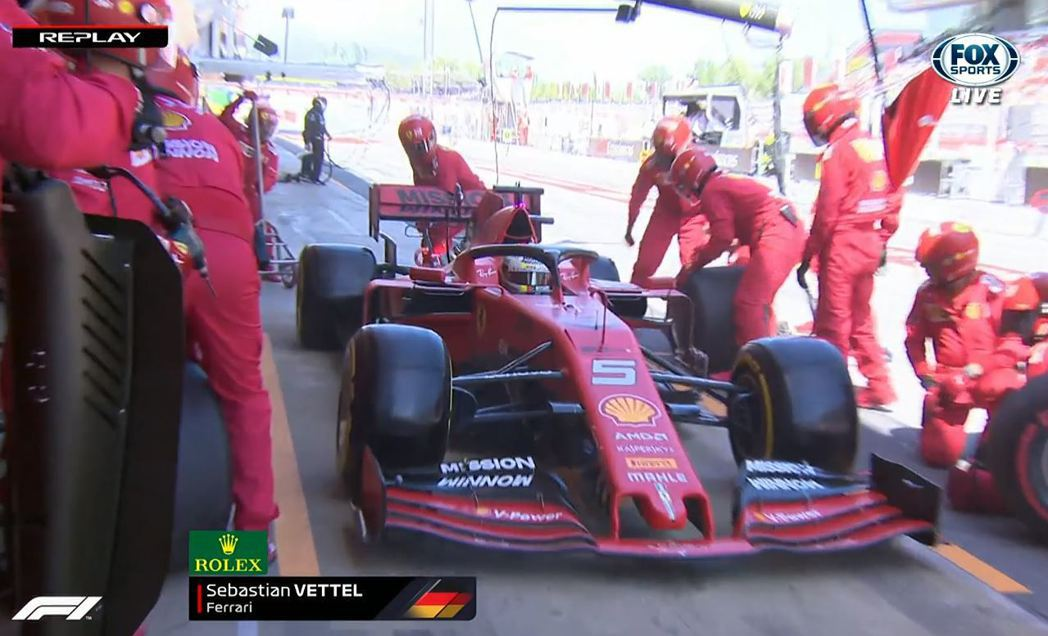 Ferrari在換胎方面產生了失誤。 摘自FOX+