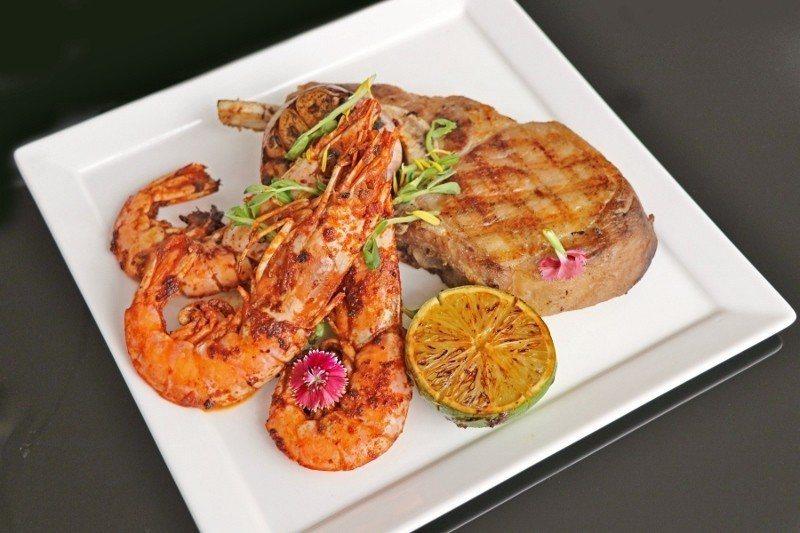 「戰斧海陸雙饗(炭烤戰斧豬排與阿根廷天使大紅蝦三隻)」主餐。