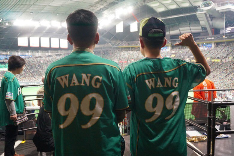 兩位台灣球迷遠渡重洋來到札幌,連看兩場球都無法替王柏融加油,感到可惜。 福耳攝影