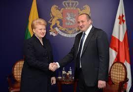 立陶宛現任總統鐵娘子格里包斯凱特(圖左)雖然還有高人氣,但因憲法規定連任期已到,...