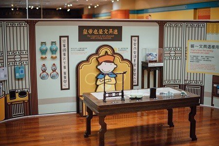以「皇帝的書房」介紹御用文房四寶,讓小朋友也有機會體驗當皇帝,了解從前皇帝如何處...