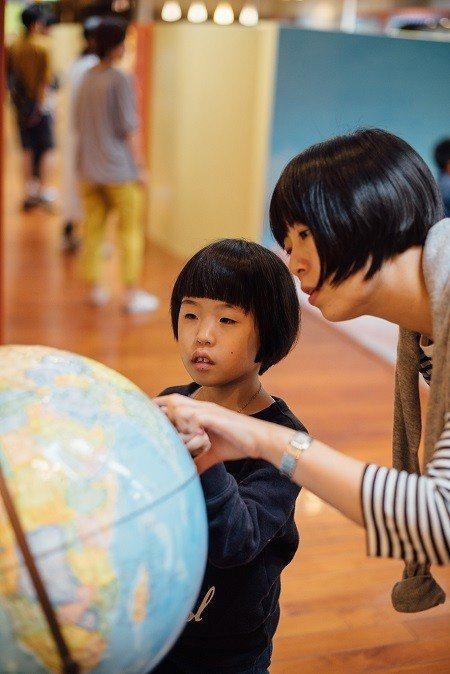 親子一起探索,能讓孩子對新事物更具好奇心。 (攝影/鄭弘敬)