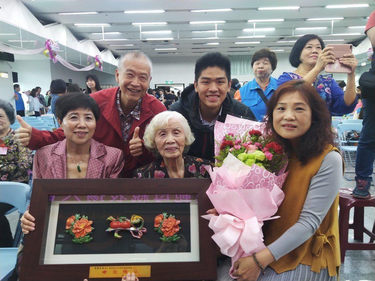高齡九十一歲的徐陳秀英女士勤儉持家、一生為家人付出,獲頒新莊模範母親,是婦女典範...