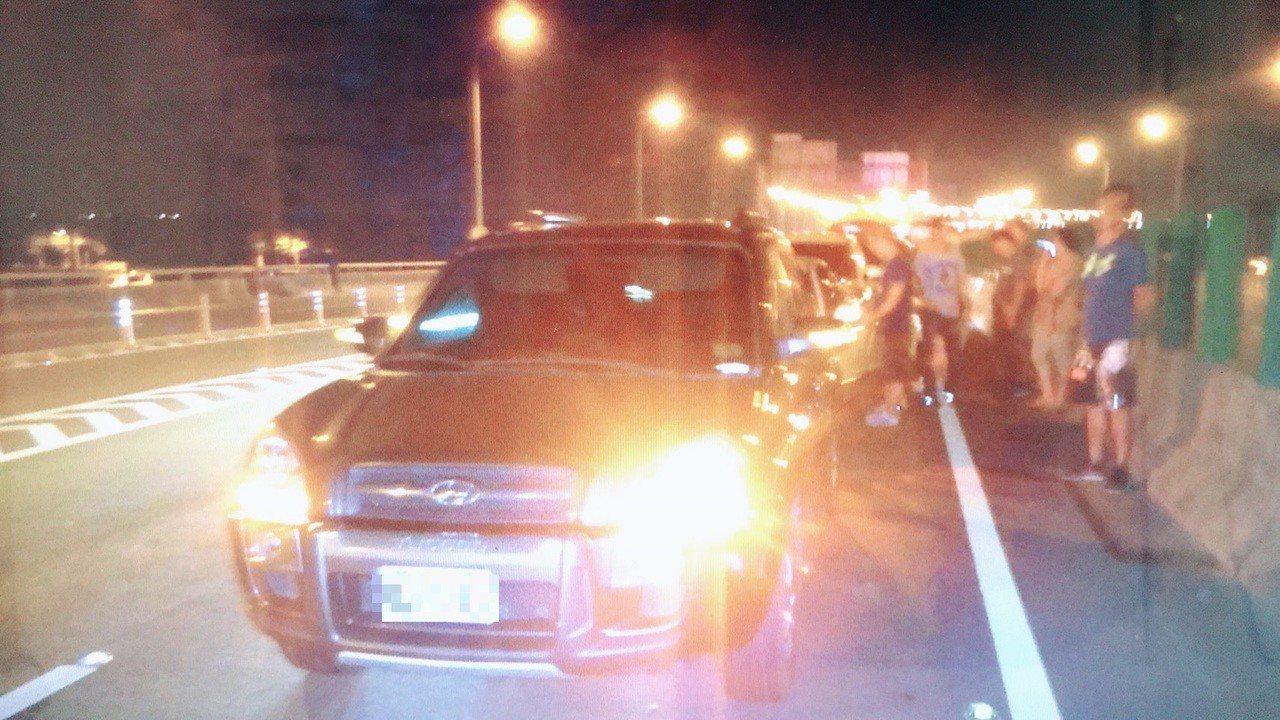 高雄市台88線快速道路西向10K、高雄屏東交界處,昨天晚間近9時許,疑因車流回堵...