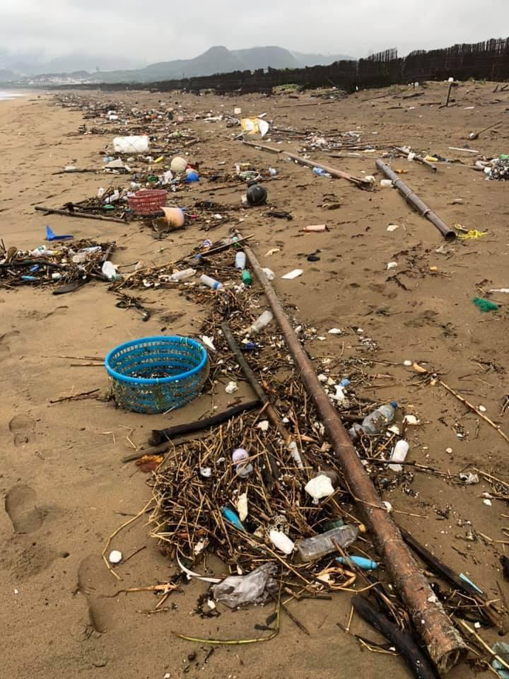謝金河說,海洋垃圾從四面八方漂流到岸邊,已經到十分可怕的地步,一個漲潮,很多垃圾...