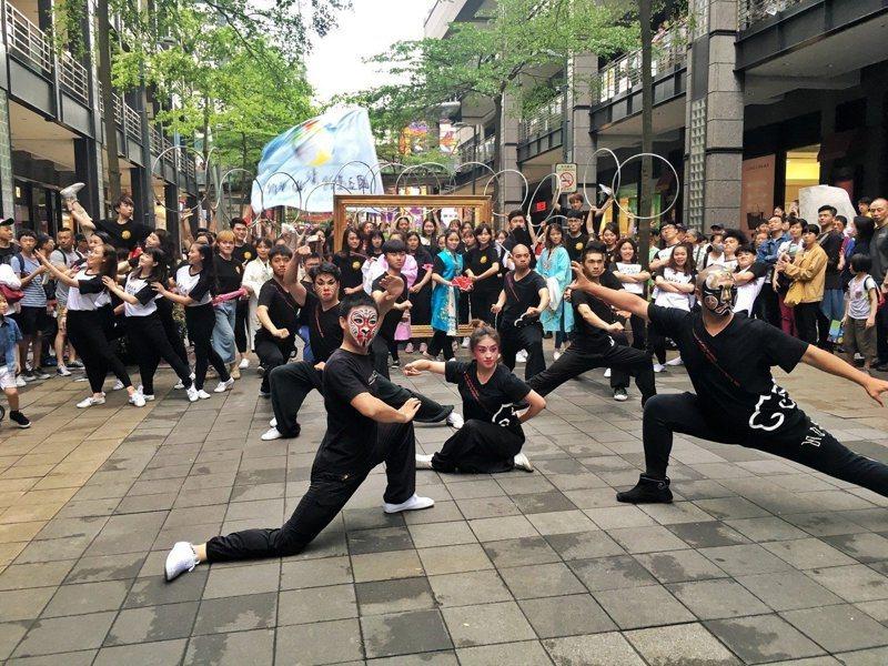 國立台灣戲曲學院從去年9月至今都未開教評會審查聘用教師資格,導致全校數十名兼任教師在未獲聘書下照常授課,形同非法白教課,至今未獲鐘點費,學生學分是否算數恐也堪慮。圖為戲曲學院學生演出畫面。圖/戲曲學院提供