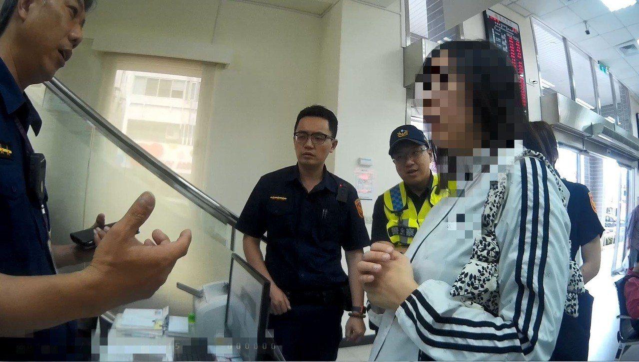 保七員警在台銀行台東分行大廳,阻止陳姓男子的妹妹(右)受騙匯款。記者羅紹平/翻攝...