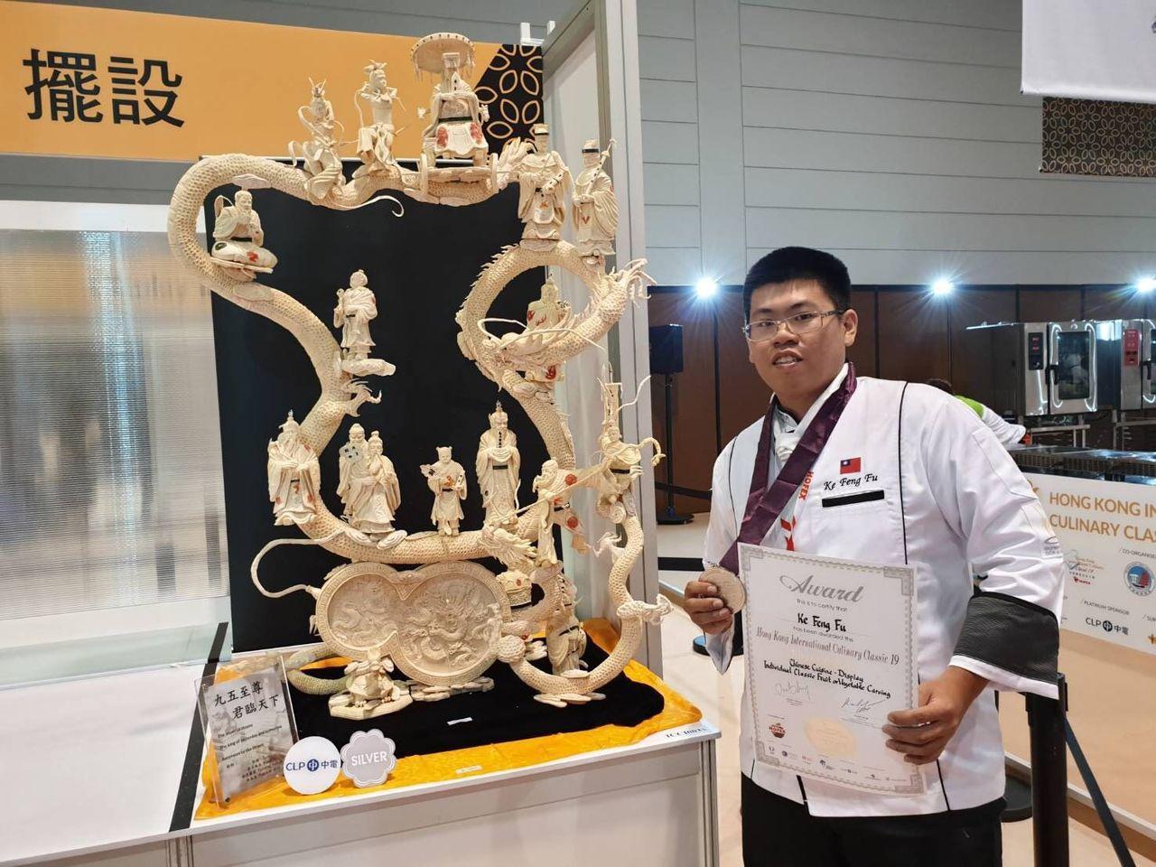 柯豐富融合中西技法創作的「九五至尊君臨天下」作品,在香港HOFEX國際美食大賽抱...