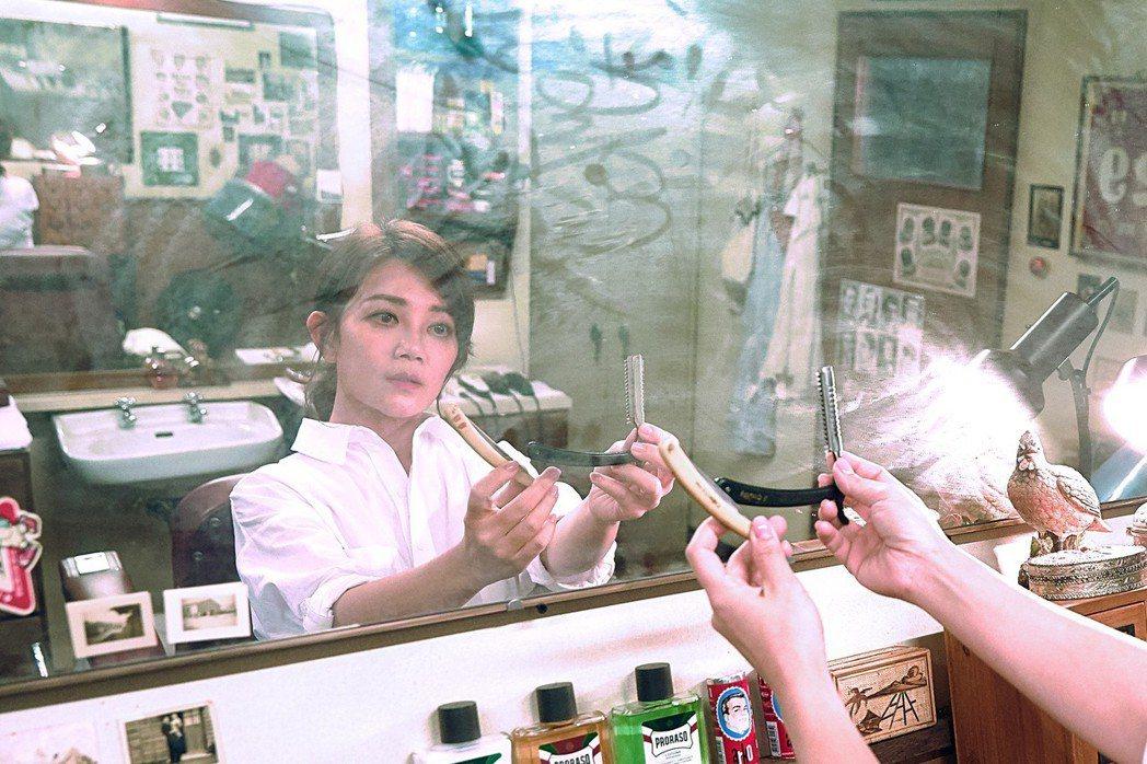 梁靜茹在「慢冷」MV化身為療癒理容師。圖/環球提供