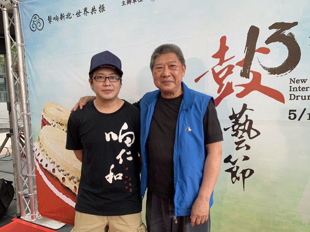 64歲王錫坤(右)是新莊响仁和鐘鼓廠第二代師傅,更有「國寶大師」的美稱,第三代王...