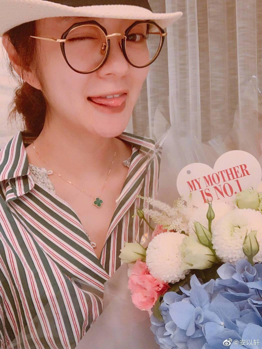 安以軒手中的花是老公替肚中孩子「66」送的母親節禮物。圖/摘自微博
