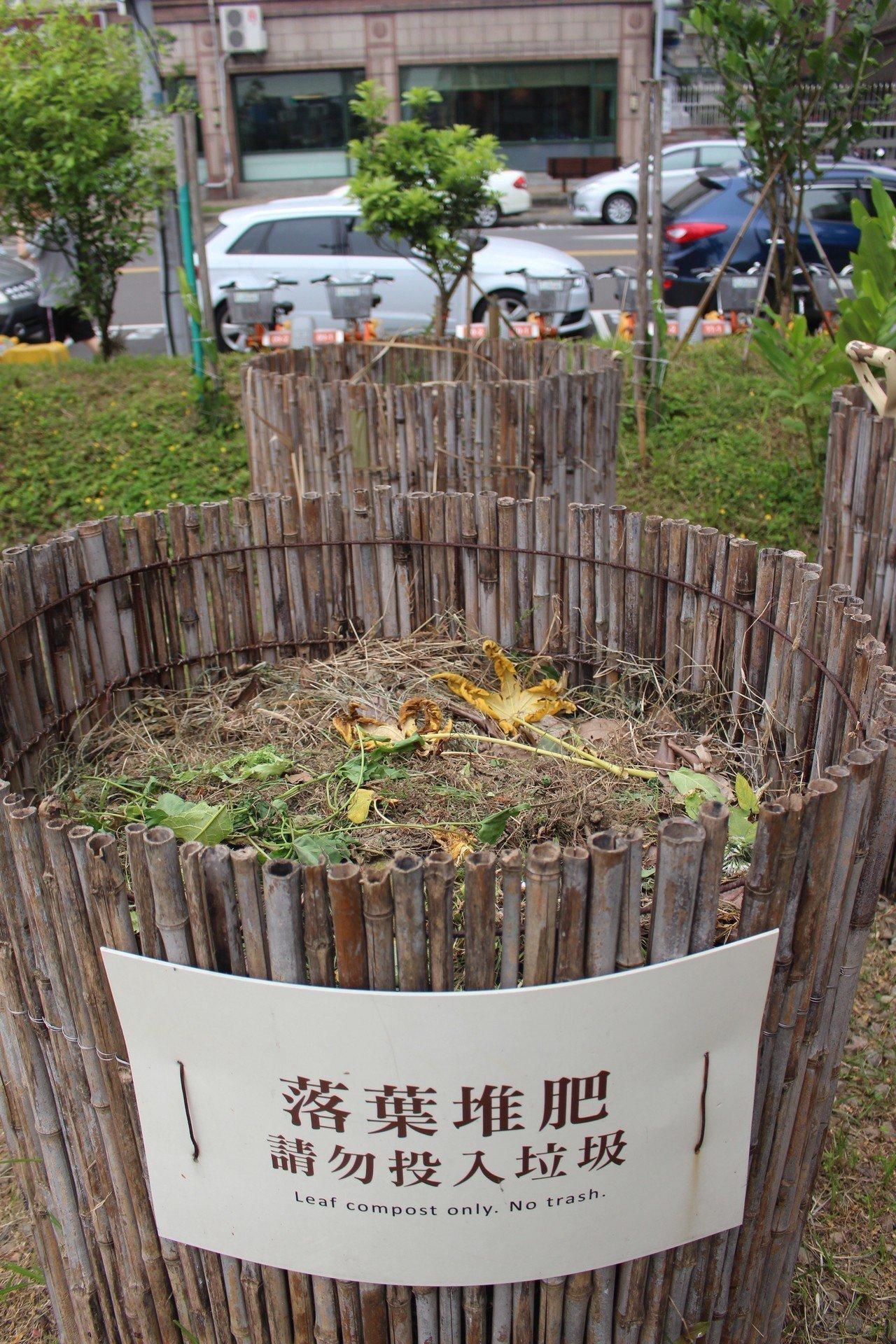 新竹市環保局今天邀請KKF自然農法在台推廣中心現場教學示範,將雜草收割發酵,化成...