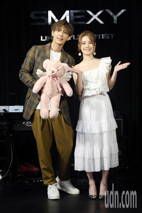 張語噥新歌【翅膀】今天舉行發表記者會,男神炎亞綸驚喜現身送她一隻有翅膀的玩偶。