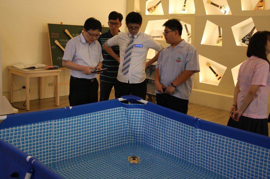 「船舶進化論-福和艦隊」是由學生設計程式操控船舶移動方向。圖/新北市教育局提供