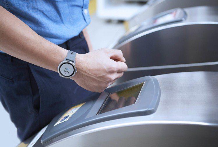 進出閘門只要用手表直接感應就能以悠遊卡輕鬆支付,更可於手錶上查詢目前餘額、近期交...