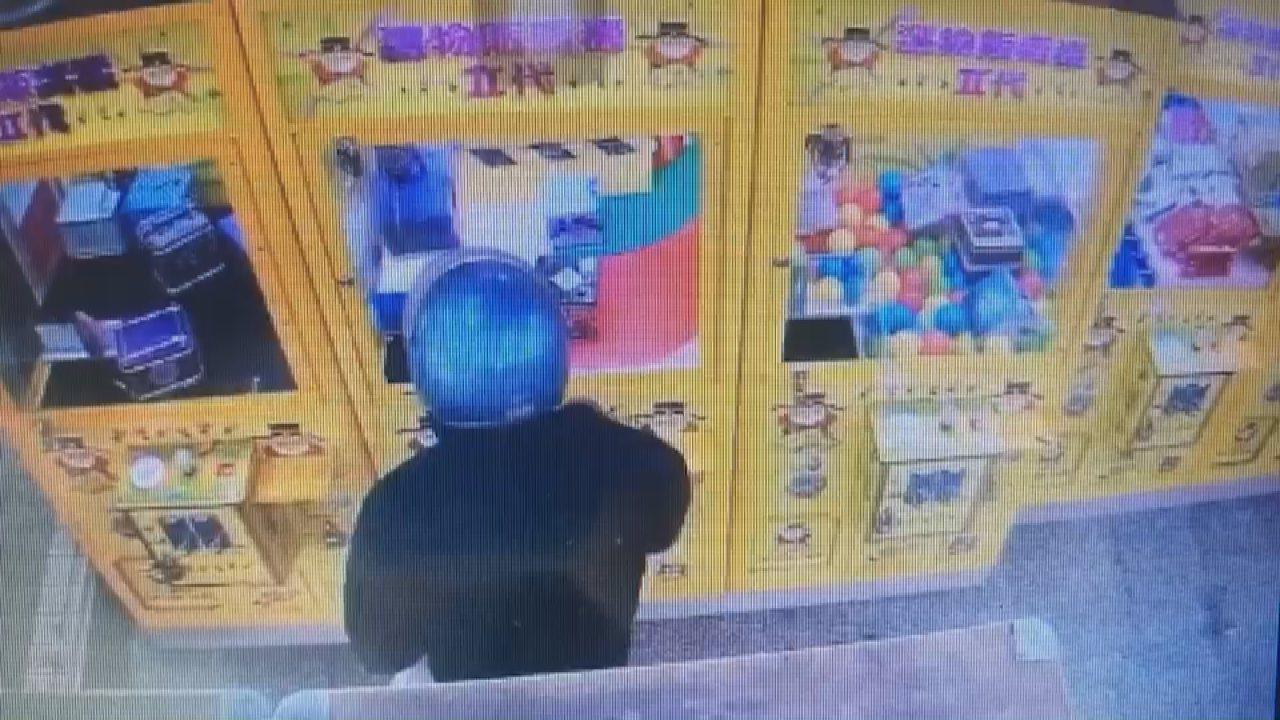 林男趁四下無人,持萬用鑰匙將娃娃機台改成保夾模式,順利夾取3項高單價商品後離去。...