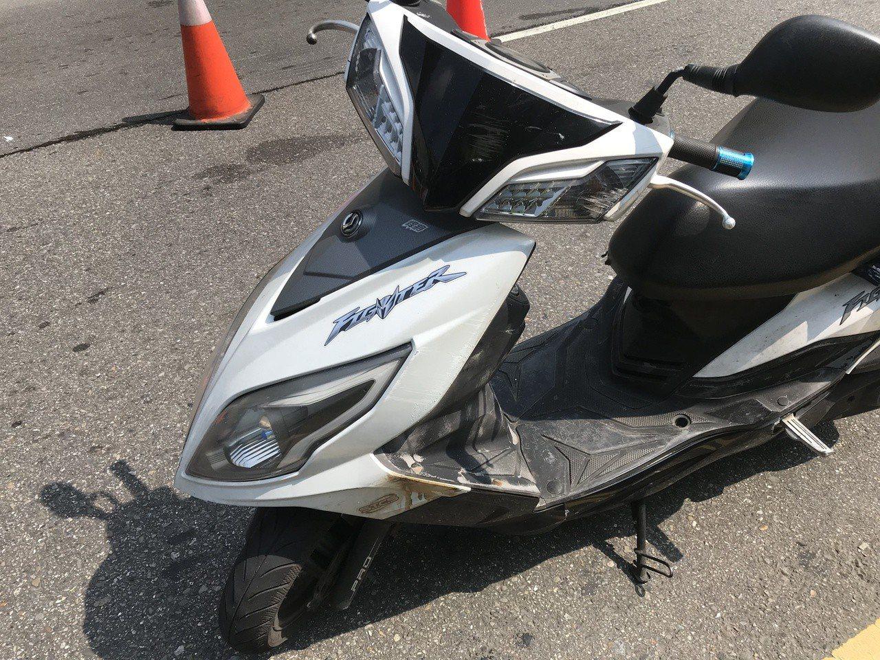 陳姓女子騎機車摔車遭1輛貨櫃車輾過死亡,警方調閱行車記錄器,發現1輛小貨車的繩索...