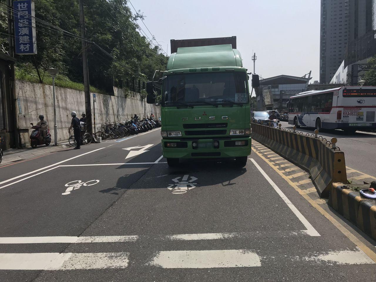 陳姓女子騎機車摔車遭1輛貨櫃車碾過死亡,警方調閱行車記錄器,發現1輛小貨車的繩索...