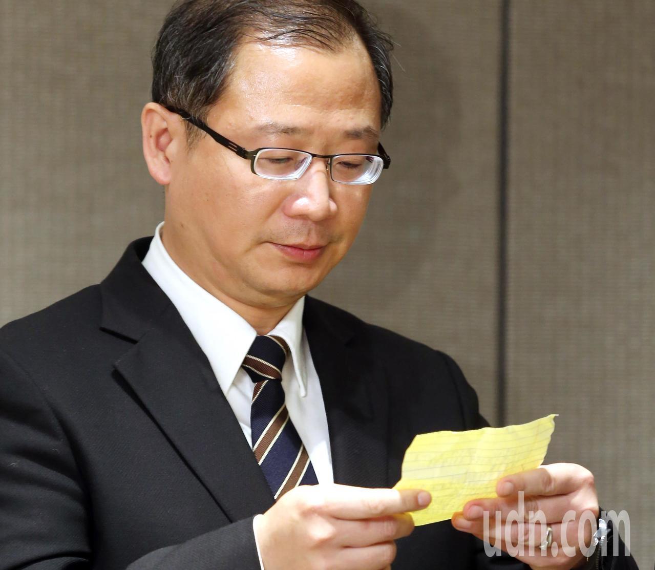 中華職棒會長吳志洋今宣布味全龍加盟案前,拿著手上的紙條再仔細看一次。記者邱德祥/...