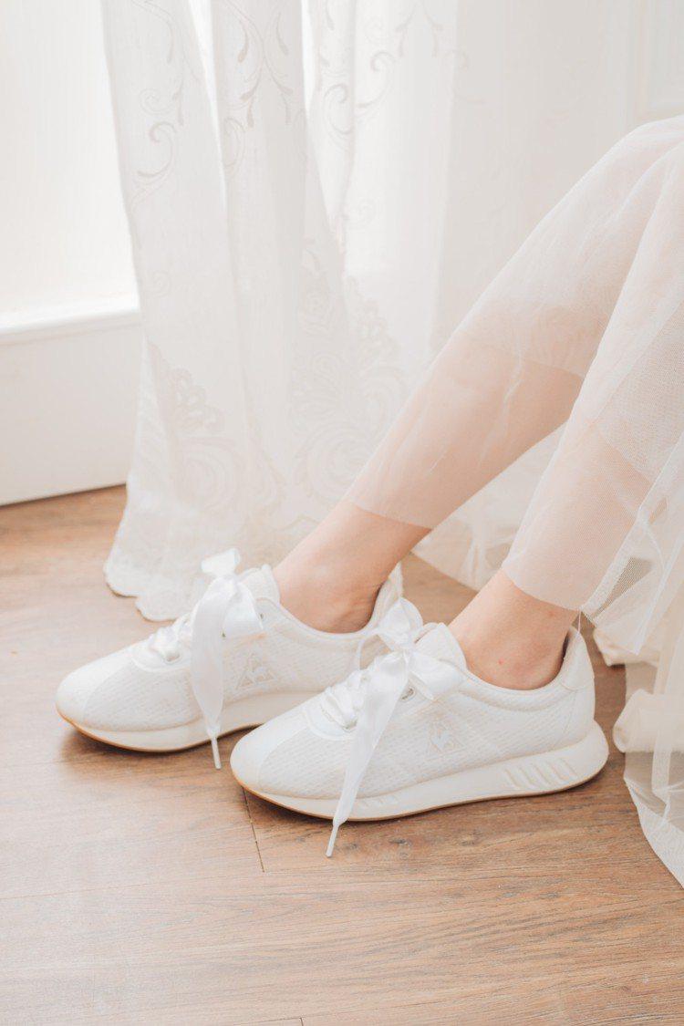 繼去年推出首款蕾絲婚紗休閒鞋後,Le coq sportif Sport再度打造...