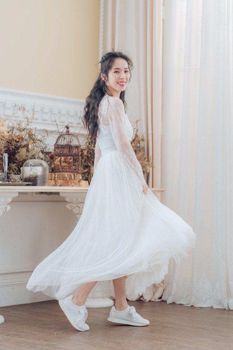 選穿休閒鞋配婚紗,也是近年來舒淇、安以軒等女星帶出的風潮,無論是拍攝婚紗照或是在...