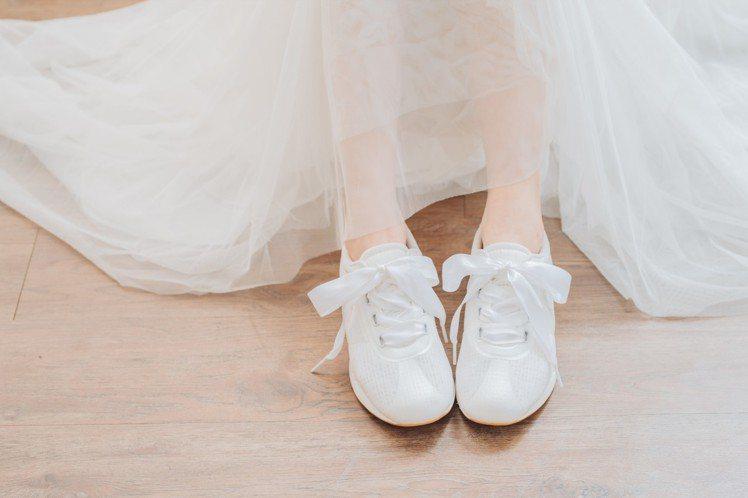 緞帶婚紗鞋也很適合配上優雅的穿搭與姊妹們來個下午茶聚會,素雅的鞋身還可以自行替換...