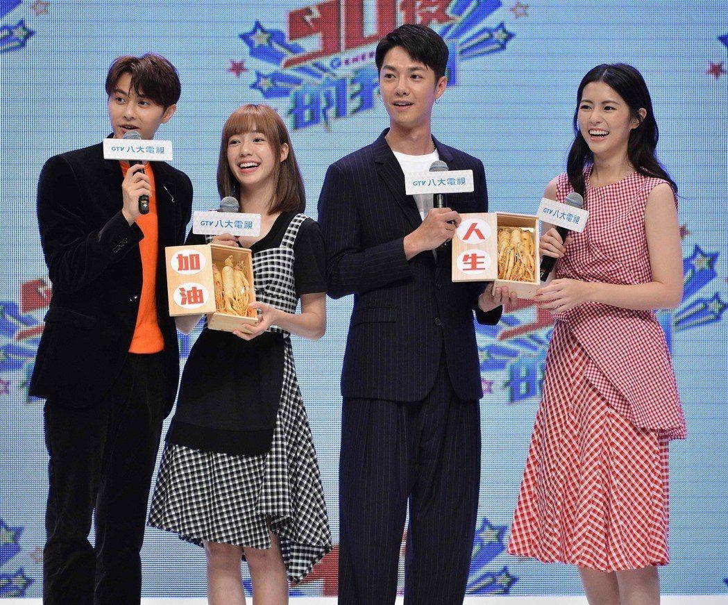 「覆活」邱勝翊(左)、任容萱(右)代表自製戲送上人蔘給「90後的我們」男女主角陳...