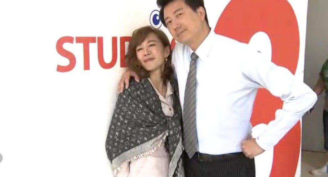 羅巧倫(左)、吳皓昇搞笑玩撩妹術。圖/民視提供
