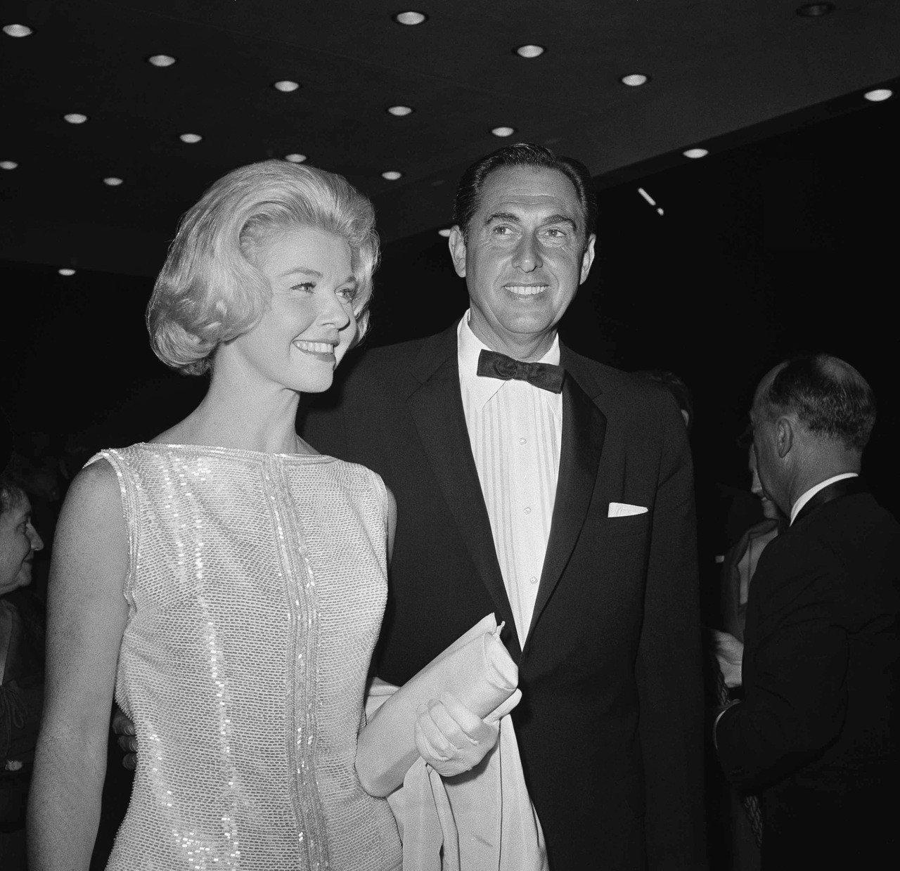 桃樂絲黛1960年以浪漫喜劇經典「枕邊細語」得到奧斯卡最佳女主角獎提名,與製片丈...