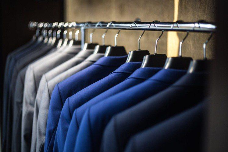 對於衣服的選擇,除了設計,當然顏色也會影響一個人的思維。圖/摘自 pexels
