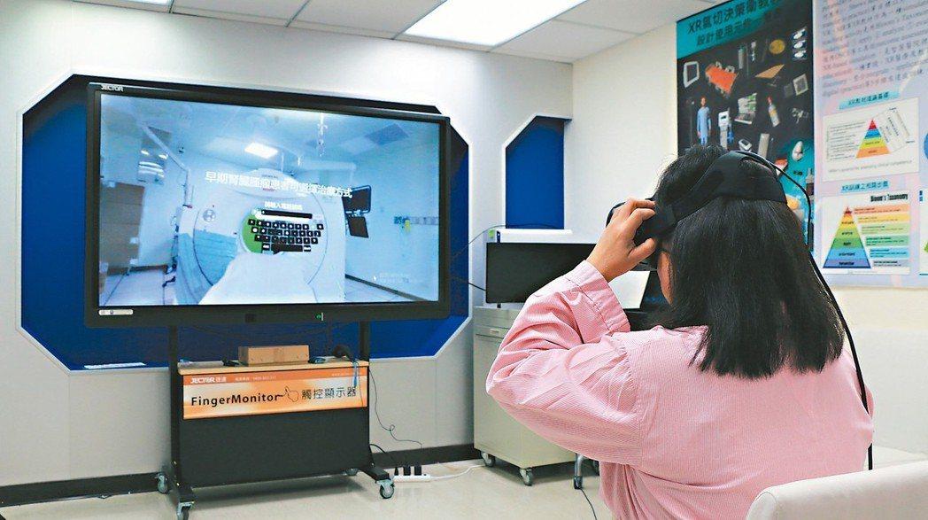病友林小姐示範使用輔助疾病決策的虛擬實境體驗遊戲(圖)。 圖/北榮提供