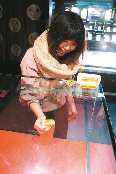 6,000萬日圓的金條,成功取出洞口,可獲得金箔紀念品。 記者陳睿中/攝影
